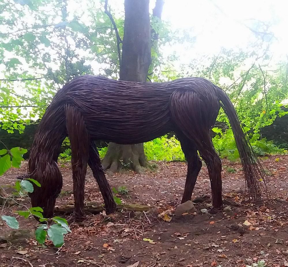queste-sculture-in-vimini-di-unartista-inglese-si-fondono-magnificamente-con-la-natura-5
